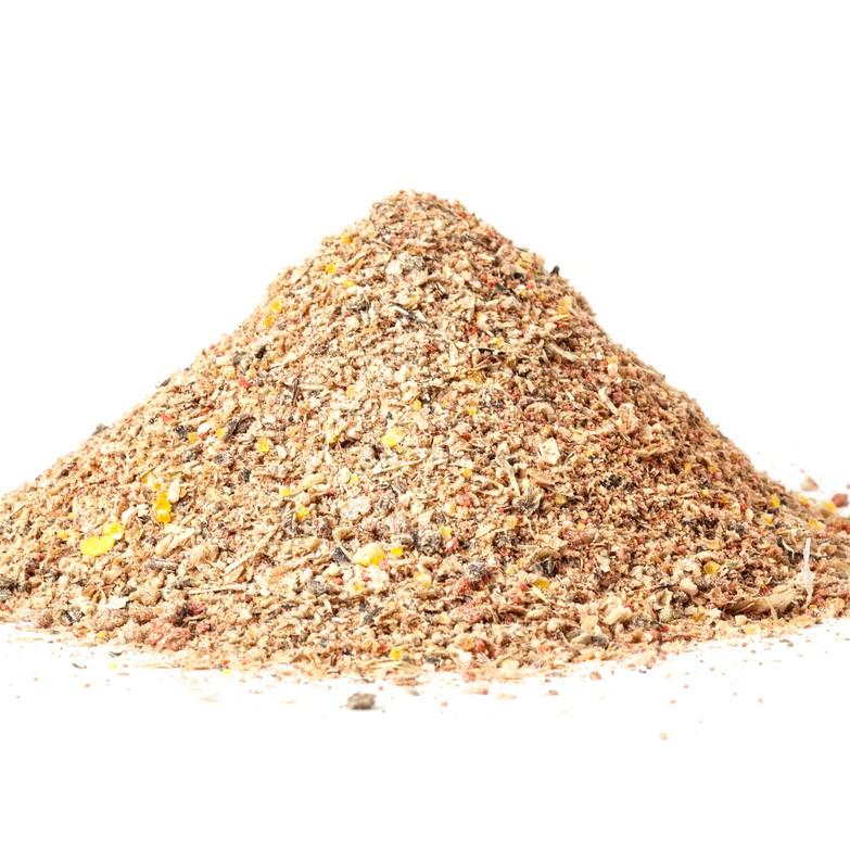 ひとつは、煮干を粉砕したもので、主に長崎産のものです。吸収の良いカルシウムを多く含みます。もうひとつは、北海道産こまいの干物を粉砕したものです。煮干とは対照的に、良質なタンパク質を供給します。