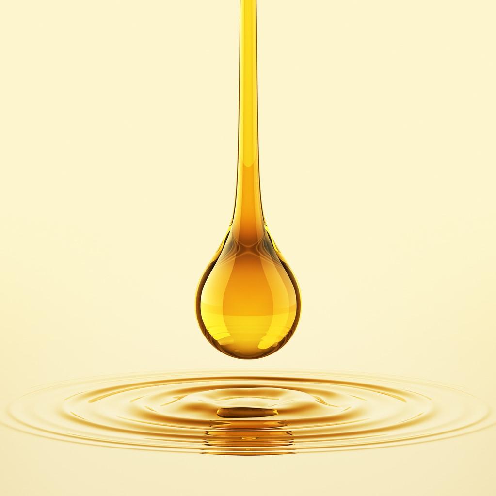 ハーブシールオイルは、カナダで粗精製された原油を日本国内で高度に精製しています。この精製工程では、ほぼ真空近くまで圧力を下げることで不純物を取り除く「分子蒸留」と呼ばれる特別な手法を採用しています。こうして得られたクリーンな油をさらに精製して製品化しています。