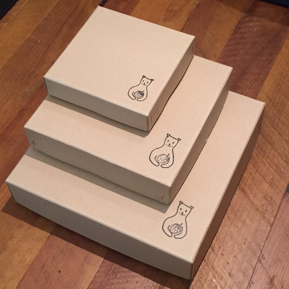 どこか懐かしさを感じるホッチキス箱に入れてお届けします。こちらの箱もメイドインジャパンというこだわり。ギフトにもオススメです。