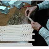 国内の工場にて、熟練の職人がひとつひとつ丁寧に縫製し、心を込めてお作りしています。ナスカンなどの金具も全て手作業で取り付けております。