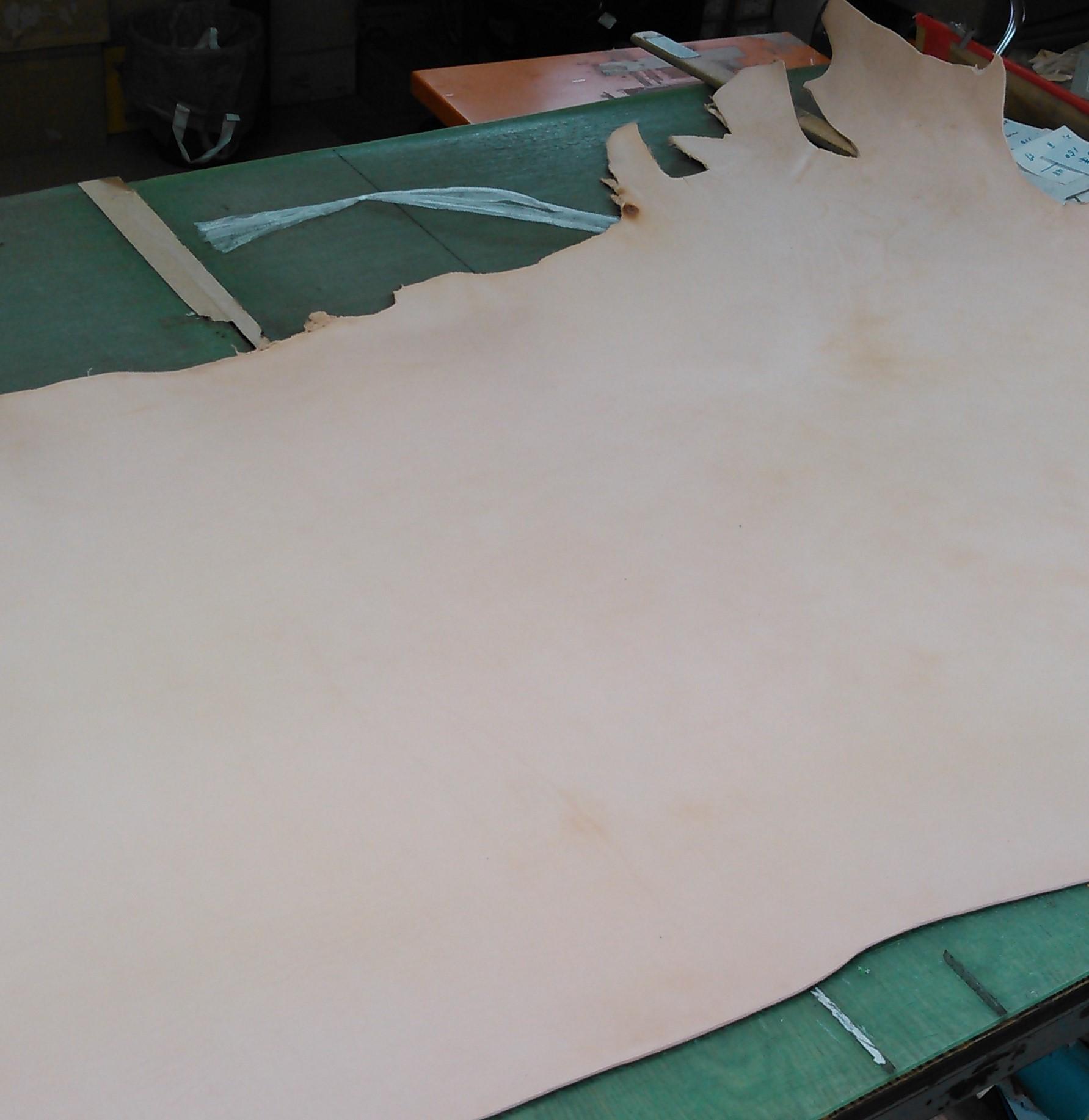 ヌメ革とは植物の渋に含まれる成分のタンニンでなめした皮革です。■丈夫だけど傷がつきやすい革です。ヌメ革はその加工法上、他の皮革に比べて繊維の目が詰まっているため非常に丈夫です。少々荒い扱いをしても革自体が大きく損傷することはありません。しっかりとケアをしていれば数十年単位で使い続けることが可能です。しかし、ヌメ革は表面加工がされていませんので、表面の傷はつきやすいです。爪があたったり、ちょっとこするだけで簡単に傷がついてしまいます。この傷や変色自体がヌメ革の風合としての味になります。■使い続けることで、柔らかさ・色合い・艶がでてきます。ヌメ革は、タンニンなめしによりなめされており、最初は繊維がびっしりと並んでいるため、固くゴワゴワしています。使い続けることで繊維がほぐれてクッタリしてきて、手の脂などが染み込んだり、日光などで艶が出たり、飴色へと変化していきます。同じものが二つとない、あなただけのオリジナルになります。■動物そのものの革だからそれぞれに個性があります。ヌメ革は表面加工がされていない生の革のため、革の元となった動物それぞれの個性が残っています。生きているときにできた傷痕(バラ傷)、血が通っていた痕(血筋と呼びます)などは本革である証で、その自然な表情、素朴な革の匂い、温かな手触りを持つ、古くから皮革の代表格です。■水に特別弱いので水濡れに注意!ヌメ革は表面になにも加工をされていないので、水に特別弱いことで知られています。特におろしたて当初は水に濡れるとすぐにシミになってしまいますが、水シミで色が濃くなってしまった部分は、経年変化により目立たなくなります。自然に優しく廃棄後も土にかえることができる素晴らしい素朴です。