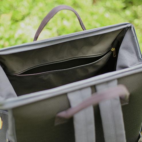 バッグ内側の前と後ろにポケット付き。 カフェマットなどの収納に便利です。
