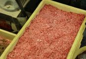 ①新鮮な生肉を工場内でミンチにして使用します。